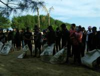 DEVELOPING ENVIRONMENTAL AWARENESS TO THE YOUTHS, THE EXECUTIVE STUDENTS' ORGANIZATION UDAYANA UNIVERSITY CONDUCTED BEACH CLEAN UP