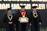 Unud Awarded Doctor Honoris Causa Title to Bali Regional Police Chief, Inspector General. Pol. Petrus Reinhard Golose