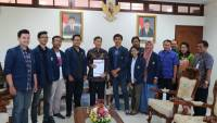 EXPRESSING STUDENTS' ASPIRATION, BEM-PM OF UDAYANA UNIVERSITY AUDIENCED TO THE GOVERNOR OF BALI
