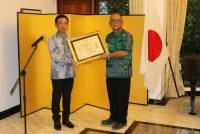 THE MINISTER OF FOREIGN AFFAIRS OF JAPAN GAVE AWARD TO PROF. IR. I GEDE PUTU WIRAWAN, M.SC.PH.D